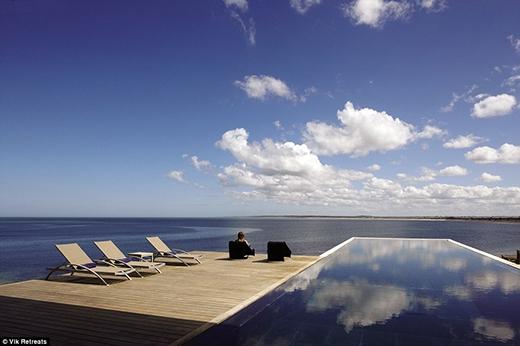 """Hồ bơi lát hoàn toàn bằng gạch men tối có thể phản chiếu bầu trời và hòa vào khung cảnh của biển khơi một cách hoàn hảo. Đây chính là """"hình ảnh thương hiệu"""" độc quyền của khách sạn Playa Vik thuộc Jose Ignacio."""