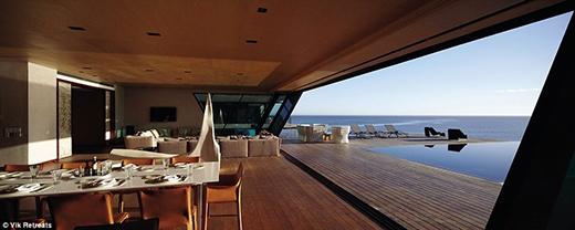 Từ nhà hàng, du khách có thể đi dạo ra sân hoặc ngồi bên hồ bơi, nhìn ngắm trời mây hòa vào mặt biển xanh mướt.