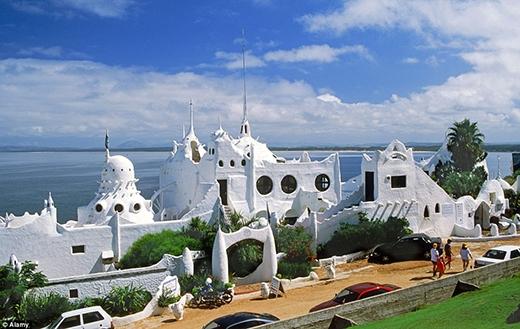 """Tác phẩm đặc biệt này được tạo ra bởi họa sĩ người Uruguay tên là Carlos Paez Vilaro. Công trình mang tên Casapueblo trông giống như một tòa lâu đài trong truyện cổ tích, nằm cheo leo trên một mỏm đá và hướng ra biển. Một phần của """"tòa lâu đài"""" được chuyển đổi thành khách sạn để phục vụ du khách."""