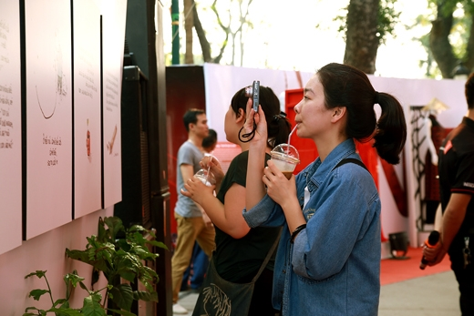 Khách tham quan thích thú với bộ tranh kể chuyện của hoạ sĩ vẽ tranh minh hoạ Thái Mỹ Phương