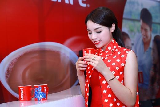 Hoa hậu Kỳ Duyên thưởng thức tách cà phê đặc biệt được pha chế sau màn trình diễn điêu luyện của barista Anh Tuấn