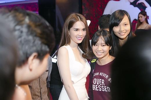 Ngọc Trinh tươi tắn, thân thiện chụp ảnh cùng người hâm mộ.