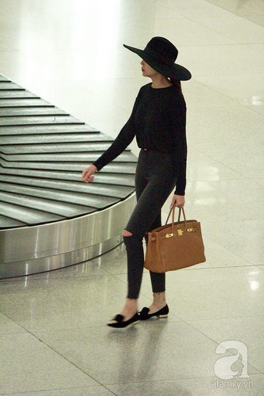 Nàng siêu mẫu diện cây đen, đội nón rộng vành ton-sur-ton rất phong cách, nổi bật giữa sân bay. - Tin sao Viet - Tin tuc sao Viet - Scandal sao Viet - Tin tuc cua Sao - Tin cua Sao