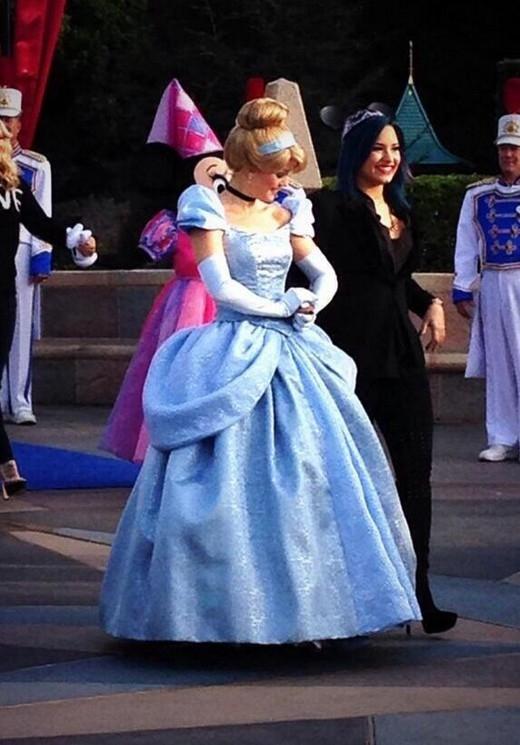 Phim hoạt hìnhDisneyyêu thích nhất của ca sĩ làCinderella.Cô chia sẻ: 'Tôi vừa mới xem lại Cinderella cách đây không lâu. Tôi thậm chí suýt xem tới 2 lần liền bởi vì phim củaDisney quá đẹp.'