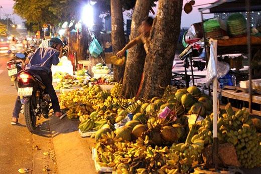 Trái cây giá rẻ dưới 10.000 đồng được bày bán nhiều trên đường Trần Xuân Soạn, quận 7. Ảnh:Zen Nguyễn.