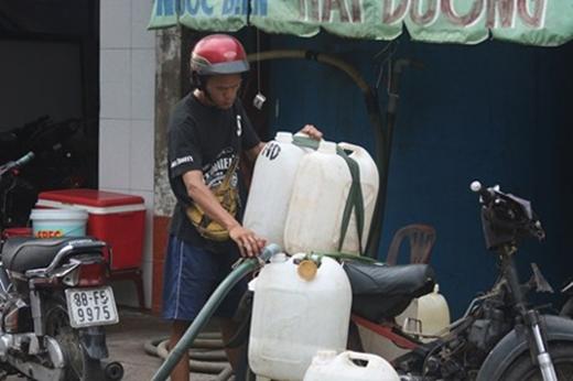 Những can nước biển được chở đến nhiều cửa hàng hải sản trong thành phố - Ảnh: Chu Huy