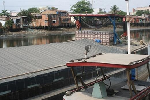Chiếc thuyền dùng để chở nước biển từ Vũng Tàu về bán - Ảnh: Chu Huy