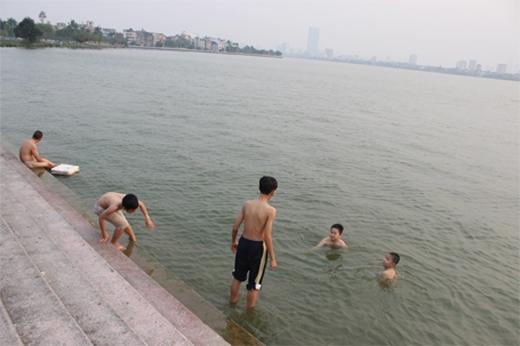 Nắng nóng nên nhiều người bất chấp nguy hiểm ra Hồ Tây tắm