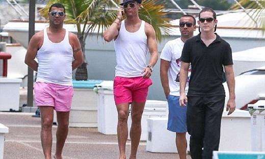 Ronaldo mặc quần hồng nhảy sexy ở hồ bơi khiến các fan nữ mê mệt