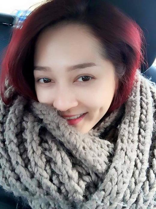 Bảo Anh xinh đẹp nở nụ cười trong chiếc khăn choàng len ấm cúng. Được biết cô nàng đang có chuyến lưu diễn ở châu Âu. Vì hiện tại thời tiết bên đó rất lạnh, nên Bảo Anh luôn phải diện trang phục mùa đông giữ ấm cho mình.