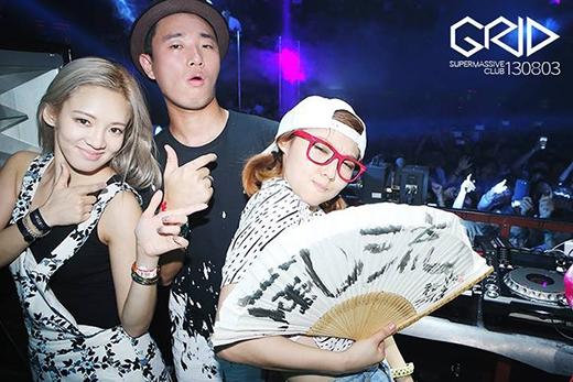 Tháng 6/2013, Hyoyeon (SNSD) và Min (Miss A) bị bắt gặp đang chơi DJ tại hộp đêm ở Seoul. Hai thần tượng dường như rất hứng thú với những chỗ nhạc lớn như thế này.