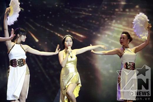 Đoan Trang mở màn ấn tượng với những điệu nhảy đầy đam mê của mình. - Tin sao Viet - Tin tuc sao Viet - Scandal sao Viet - Tin tuc cua Sao - Tin cua Sao