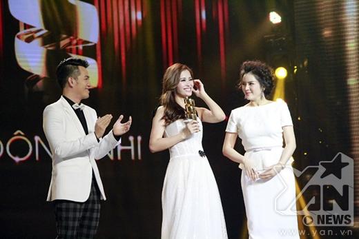Đông Nhi rối rít cám ơn fans vì đã bình chọn cho mình giải Nữ ca sĩ được yêu thích nhất. - Tin sao Viet - Tin tuc sao Viet - Scandal sao Viet - Tin tuc cua Sao - Tin cua Sao