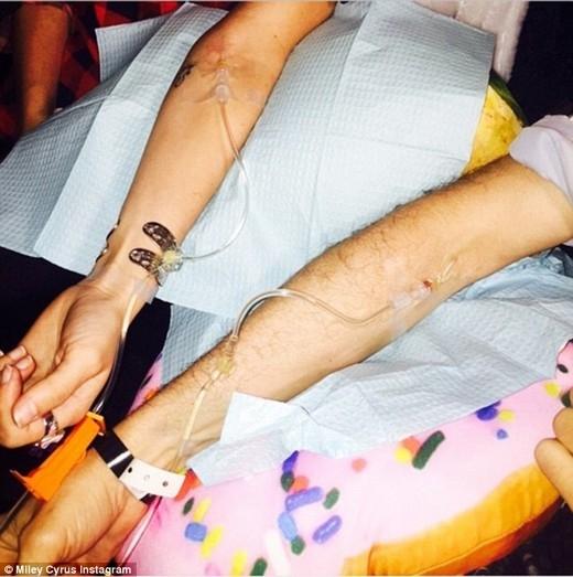 Miley thậm chí còn rủ những người bạn bè thân về nhà để cùng truyền vitamin cho...vui.