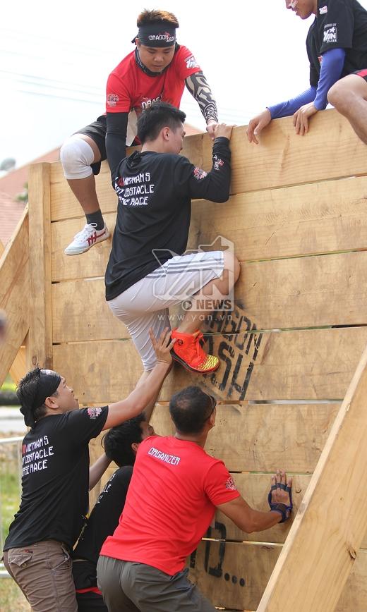 Thử thách trèo tường đòi hỏi nhiều thể lực.