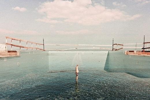 Màu xanh của nước và bầu trời như hòa quyện vào nhau tạo nên một bức ảnh vô cùng hài hòa