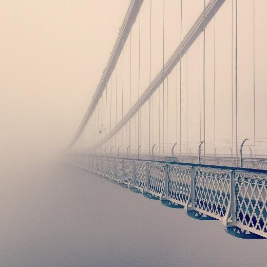 Cây cầu ẩn hiện trong làn sương mù được chụp qua lăng kính của một chiếc điện thoại