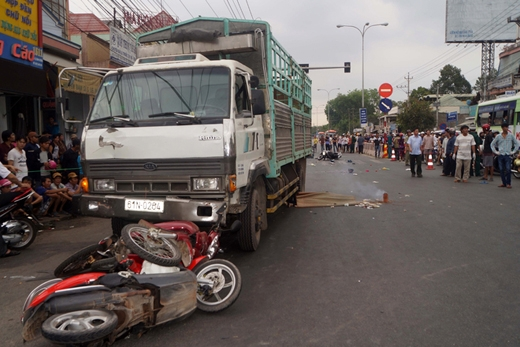 Ôtô tải húc văng nhiều xe máy dừng đèn đỏ