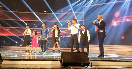 Các thí sinh của chương trình lần lượt thể hiện những ca khúc đành tặng khán giả.