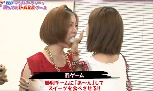Eunjung nhét bánh nếp cỡ lớn vào miệng Hwayoung.