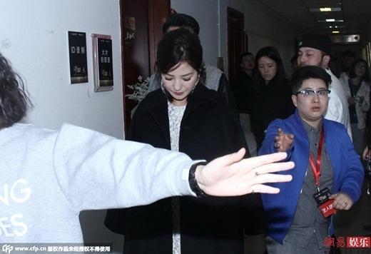 Triệu Vy thất thần vì bị fan nam tấn công