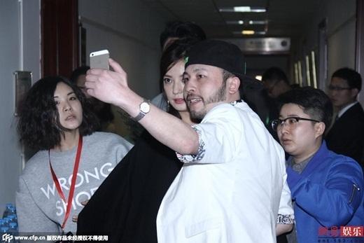 Fan nam này chủ động đề nghị được chụp ảnh cùng ngôi sao nổi tiếng. Dù khá bất ngờ nhưng Triệu Vy vẫn vui vẻ. Cô mỉm cười và chào người hâm mộ quá khích này.