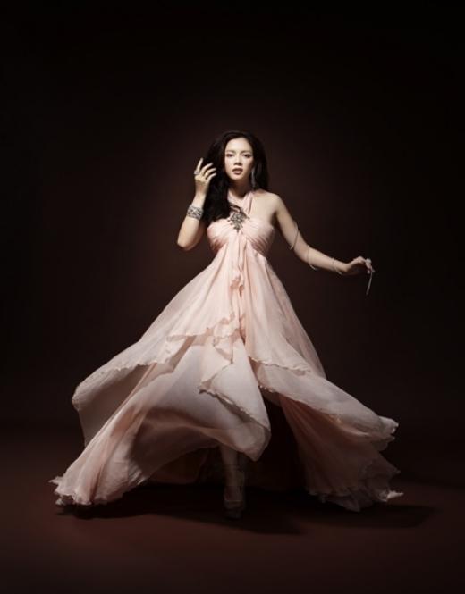 Năm 2008, Lý Nhã Kỳ làm đại sứ của một hãng mỹ phẩm trong chương trình gây quỹ giúp đỡ phụ nữ trên toàn thế giới đang chịu cảnh ngược đãi và bạo lực gia đình. - Tin sao Viet - Tin tuc sao Viet - Scandal sao Viet - Tin tuc cua Sao - Tin cua Sao