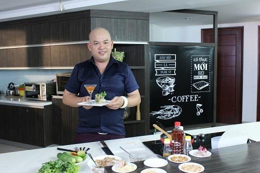 Siêu đầu bếp Alain Nghĩa bên những đứa con tinh thần của mình.