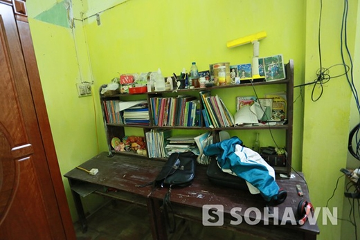 Chiếc bàn học cũ của Đức Vĩnh được đặt ngay trong phòng ngủ.