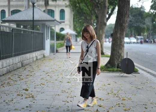 Giày thể thao cổ cao với mau sắc nổi bật được Linh lựa chọn để tạo thêm điểm nhấn cho bộ trang phục.