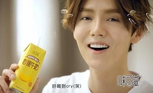 Dù biểu cảm tươi cười nhưng thần sắc của Luhan trông không được tốt và lộ rõ những nếp nhăn.
