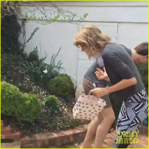 """Fan cười nghiêng ngả xem Taylor Swift """"vật lộn"""" với em trai"""