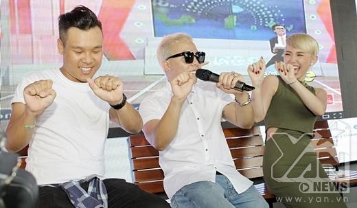 Cả ba anh em cùng nhảy vũ điệu cồng chiêng nhưng trên nền nhạc của ca khúcBắc Kim Thang. - Tin sao Viet - Tin tuc sao Viet - Scandal sao Viet - Tin tuc cua Sao - Tin cua Sao