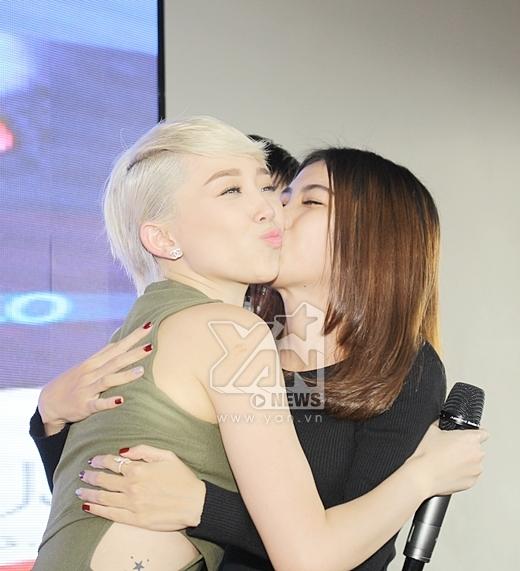 Tóc Tiên hạnh phúc được một bạn fans nữ tặng một nụ hôn. - Tin sao Viet - Tin tuc sao Viet - Scandal sao Viet - Tin tuc cua Sao - Tin cua Sao