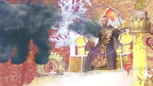 Lát sau trên màn ảnh lại xuất hiện gương mặt của diễn viên đóng thế.