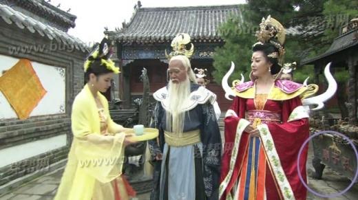 Đền Khổng Tử là bối cảnh chính trong phim nhưng việc đoàn làm phim trong một cảnh thần tiên trên trời, lại đứng cạnh biển đề rõ Đền Khổng Tử khiến nhiều người lắc đầu ngán ngẩm.