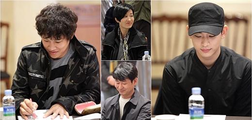 Kim Soo Hyun và IU cực cuốn hút khi đọc kịch bản Producer