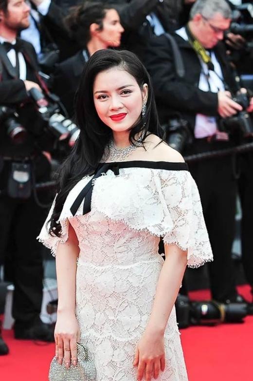 Sải bước trên thảm đỏ của Liên hoan phim Cannes, Lý Nhã Kỳ gây xôn xao khi tổng giá trị bộ đầm và trang sức, phụ kiện trên người cô lên đến 14 tỷ đồng. Riêng bộ trang sức trị giá 12 tỷ đồng và đầm Channel trị giá 2 tỷ. Điều đáng nói hơn cả là lãnh đạo của thương hiệu thời trang danh tiếng này đã đích thân sang Việt Nam để thử đồ cho Lý Nhã Kỳ. - Tin sao Viet - Tin tuc sao Viet - Scandal sao Viet - Tin tuc cua Sao - Tin cua Sao