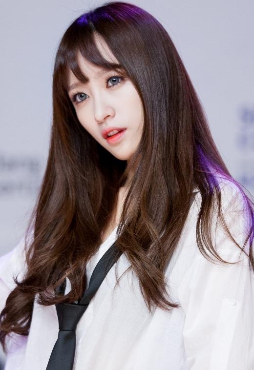 """Là gương mặt đang được chú ý hiện nay, quá khứ của Hani (EXID) luôn khiến cả cộng đồng Kpop quan tâm. Mới đây, đoạn clip Hani thi tuyển vào JYP bị """"đào mộ"""" và nhan sắc thời điểm 16 tuổi của cô nàng trở thành đề tài bình luận sôi nổi. Một vài cư dân mạng nhận xét vẻ ngoài Hani quá đỗi tầm thường và đặt ra nghi vấn """"dao kéo"""" đối với nữ thần tượng."""