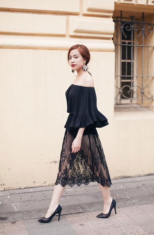 Thân áo giữ lại nét nữ tính với chi tiết dún bèo, xếp li. Hoa tai bản to cũng được phối cùng tone với trang phục.