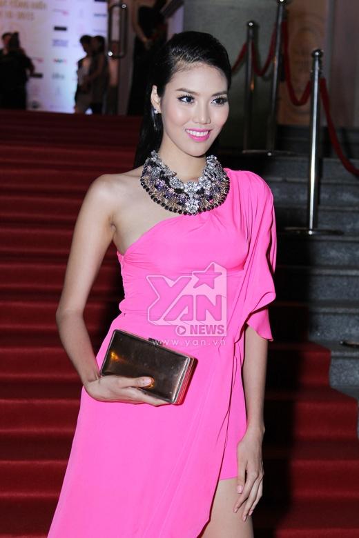 Lan Khuê nổi bật với đầm màu hồng.