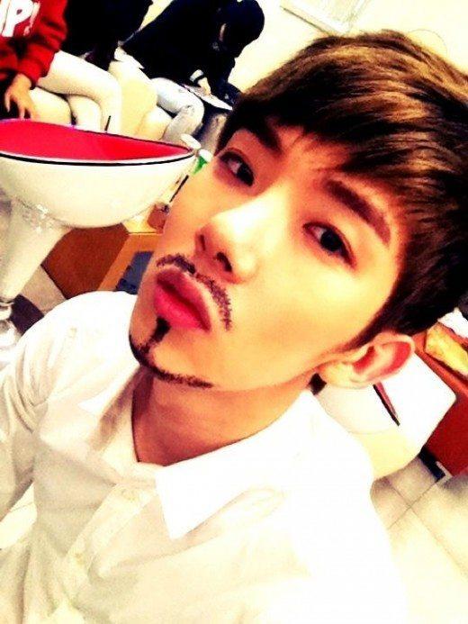 Trái ngược với nhiều thần tượng nam khi họ lo lắng vì mọc nhiều râu trên khuôn mặt thì Jokwon lại bất an khi khuôn mặt của anh rất khó mọc râu.