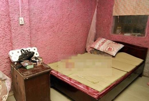 Chiếc giường duy nhất trong nhà dành cho Quang Anh và mẹ ngủ. Còn anh trai cậu bé thì ngủ tạm trên gác xép nhỏ. - Tin sao Viet - Tin tuc sao Viet - Scandal sao Viet - Tin tuc cua Sao - Tin cua Sao