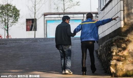 Đứng giảng được một thời gian ngắn là cô lại bị chóng mặt, hoa mắt, cần phải ngồi nghỉ. Chồng của cô Zhu mỗi khi không có giờ dậy lại tới lớp giúp vợ quản lý học sinh. Sau mỗi giờ giảng dạy hay ăn trưa, anh còn giúp vợ về phòng giáo viên.
