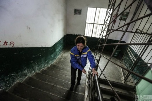 Việc đi lại của cô Zhu khá khó khăn nên mỗi lần lên cầu thang, cô phải vịn vào tay cầm để đi lên.