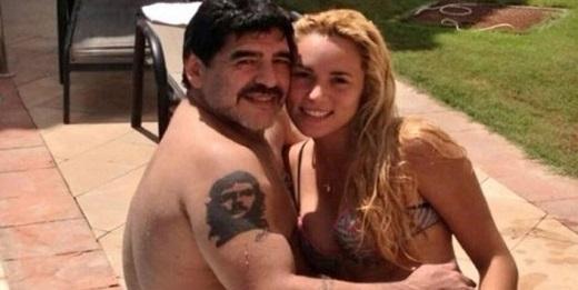Maradona gây sốc với bức ảnh sờ vòng một của bồ trẻ