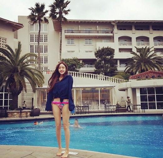 Hyomin khoe hình mặc bikini tại hồ bơi khiến fan thích thú