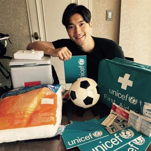 Siwon khoe quà của Unicef dành tặng cho trẻ em