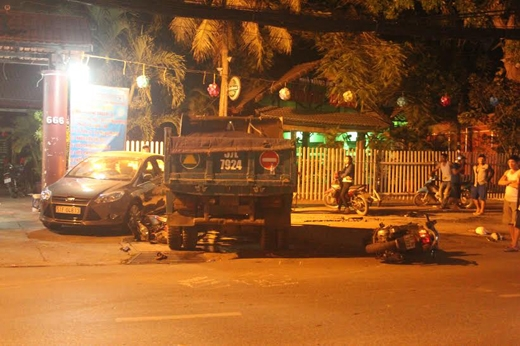 Xe ben gây tai nạn liên hoàn, 4 người nguy kịch