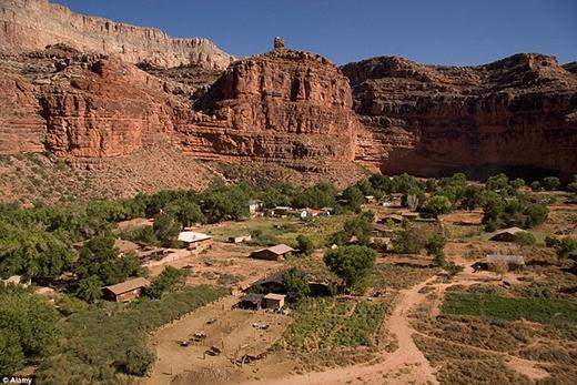 """LàngSupai""""ẩn nấp"""" tại vị trí tận cùng của hẻm núiHavasu Canyon, ở vùng trung tâm của Khu dự trữ quốc giaHavasupai. NgườiHavasupaiđược phép định cư ở đây sau tuyên bố của các cán bộ kiểm lâm Vườn quốc gia vào năm 1975."""